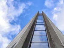 Modern byggnad som ansar till himlen Royaltyfria Bilder