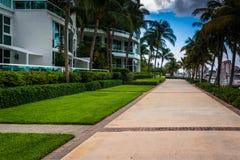 Modern byggnader och gångbana i den södra stranden, Miami, Florida Arkivfoto