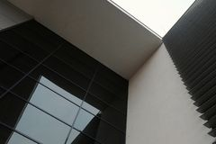 Modern byggnadsarkitektur med geometriska former Royaltyfria Foton