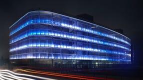 Modern byggnadsfasad med blått ljus Arkivfoton