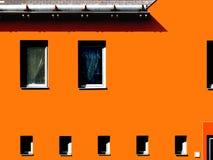 Modern byggnadshöjd i guling med starka skuggor Arkivbild