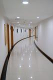 modern byggnadskorridor Arkivbilder