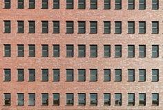 Modern byggnadstegelstenfasad med fönster Arkivbild