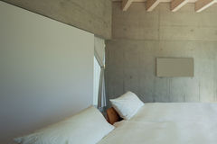 Modern chalet, slaapkamer stock foto's