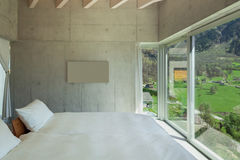 Modern chalet, slaapkamer royalty-vrije stock afbeeldingen