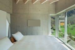 Modern chalet, slaapkamer royalty-vrije stock afbeelding