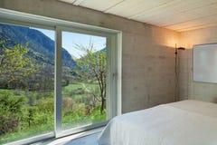 Modern chalet, slaapkamer stock afbeeldingen