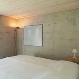 Modern chalet, slaapkamer stock afbeelding