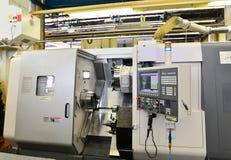 Modern cnc-maskin för produktion och bearbeta i mekaniskt e royaltyfri fotografi