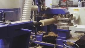 Modern CNC som bearbetar med maskin mitten för att mala träprodukter lager videofilmer