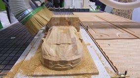 Modern CNC som bearbetar med maskin mitten för att mala träprodukter stock video
