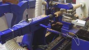 Modern CNC som bearbetar med maskin mitten för att mala träprodukter arkivfilmer