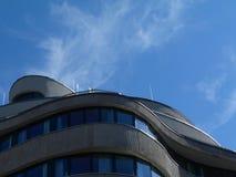 Modern concreet hotel de bouwdetail in Boedapest onder blauwe hemel royalty-vrije stock afbeelding