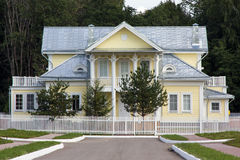 Modern country house. In suburbs white and yellow Royalty Free Stock Photos