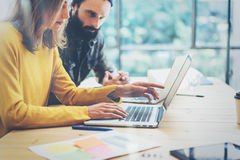 Modern Coworker för Closeup som två tillsammans diskuterar under arbetande process Ung affär Team Meeting Concept folk Arkivbilder