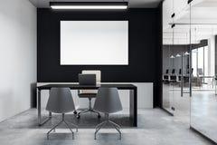 Modern coworking bureau met lege affiche Stock Afbeeldingen