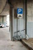 Modern cykel i stads- parkering Royaltyfri Fotografi