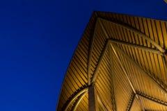 Modern dak en verlichting bij nacht stock afbeeldingen