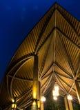 Modern dak en verlichting bij nacht stock afbeelding