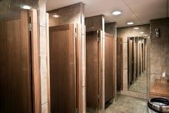 Modern dames openbaar toilet stock afbeeldingen