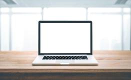 Modern dator, bärbar dator med den tomma skärmen på den wood tabellen Royaltyfri Fotografi