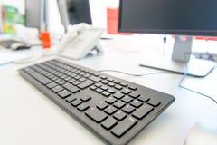 Modern dator på skrivbordet Arkivbilder