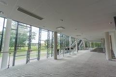 Modern de bouw binnenland De bouw van het bureau Grote heldere vensters royalty-vrije stock afbeeldingen