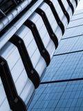 Modern de Bouw Verticaal Abstract Ontwerp met Glasvensters Royalty-vrije Stock Afbeelding