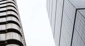 Modern de Bouw Verticaal Abstract Ontwerp met Glasvensters Royalty-vrije Stock Afbeeldingen