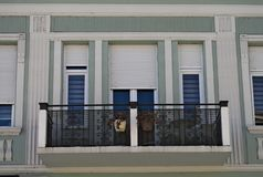 Modern de bouwbalkon met nieuwe vensters en omheining Stock Foto's
