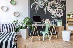 Modern dekor av sovrummet arkivfoto