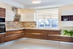 Modern design av köket i ett ljus, ljus inre royaltyfri fotografi