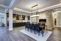 Modern design för matsal för plan för öppet golv royaltyfri bild