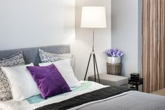 Modern design för sovrumdetaljinre Arkivfoto