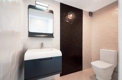 Modern design i badrummet Lyxig vit porslinvask på a arkivbild