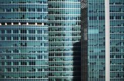 Modern detalj för fasad för glass fönster för kontorsbyggnad Fotografering för Bildbyråer