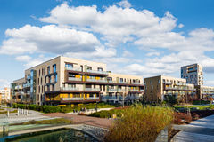 Modern die huis met vlakten, in het groene park worden gevestigd Stock Afbeelding