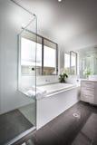 Modern die toilet met het zonlicht aan de badton wordt verlicht Royalty-vrije Stock Afbeeldingen