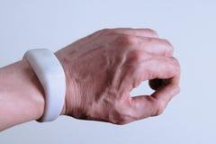 Modern digitaal apparaat op een man hand Witte armband zoals een slimme horloge of een afstandsbediening Gadget pixmob voor parti stock foto