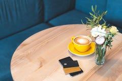 Modern digital grej med kreditkorten som ligger på trätabellen i kafé fotografering för bildbyråer