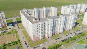 Modern district met meerdere verdiepingen met gazons en auto's stock video