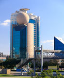 Modern Dubai byggnad med en boll på ett tak Royaltyfri Bild