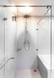 Modern dusch med vattenströmmen. Arkivfoton