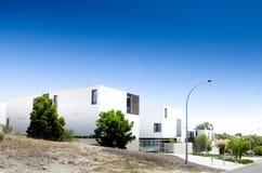 Modern eenheden geometrisch contrast met hemel Stock Foto's