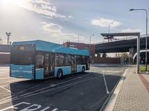 Modern ekologisk elektrisk bussEkova elektron 12 av DPO-företaget som nästan som väntar nära Svinovske Mosty laddar stationen arkivbilder