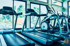 modern elektrisch tredmolens en opleidingsmateriaal op Gymnastiekzaal Geschiktheidscentrum Stock Fotografie