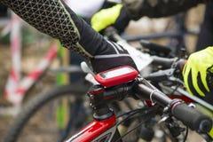 Modern elektronisch gps apparaat in bijlage aan fietsstuur Royalty-vrije Stock Foto