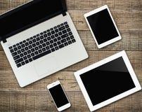 Modern elektronisk apparat för meddelare på wood bakgrund arkivfoton