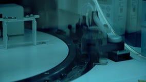 Modern elektronisk utrustning i det nya kemiska laboratoriumet Automatiserad utrustningoperation på en medicinsk forskning stock video