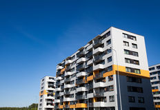 Modern en nieuw flatgebouw. Stock Foto